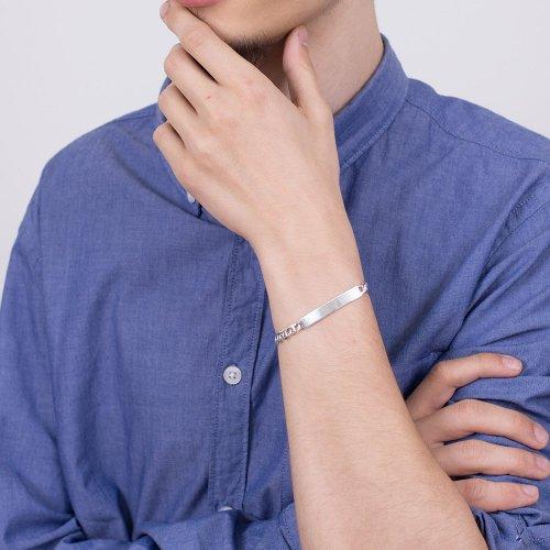 srebrna męska bransoletka na ręce